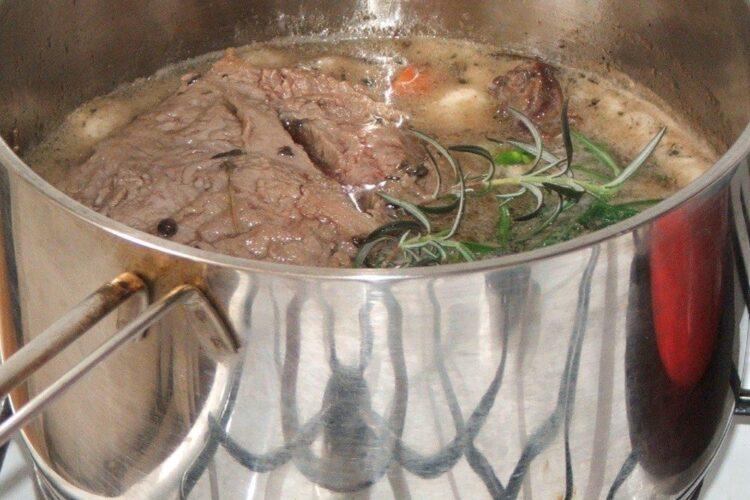 Vrabioara de vitel perpelita in untura de porc, cu vin si condimente pregatita pentru inabusire.
