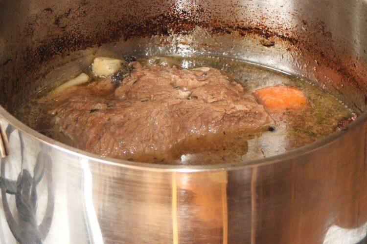 Vrabioara de vitel inabusita in vin este gata pregatita.