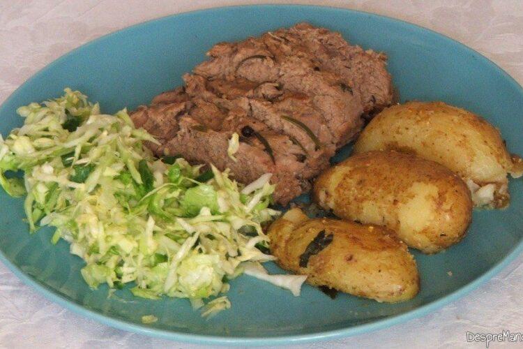 Vrabioara de vitel inabusita cu cartofi zdrobiti, la cuptor - preparatul este gata servit.