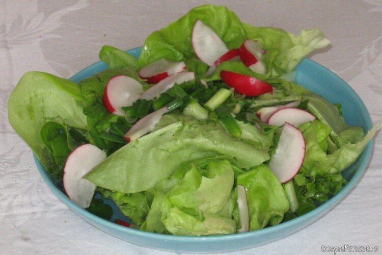 Salata verde servita la maruntaie pregatite pe gratar cu garnitura de dovlecei umpluti cu praz si ciuperci.