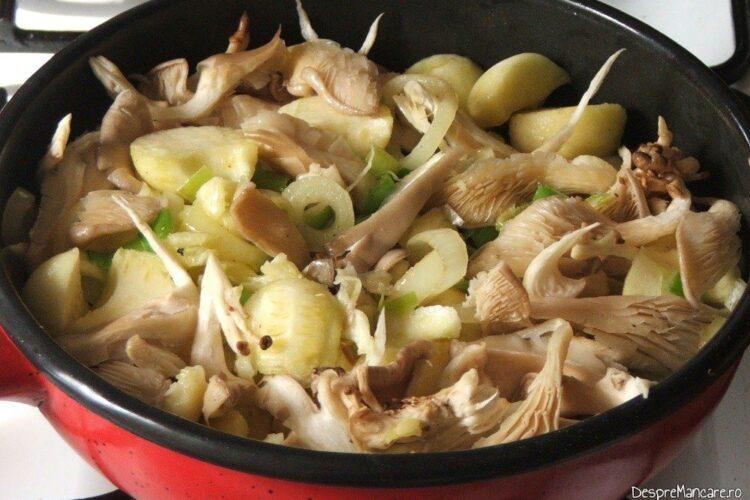 Calire ciuperci impreuna cu rondele de praz in amestec de unt proaspat si ulei de masline.