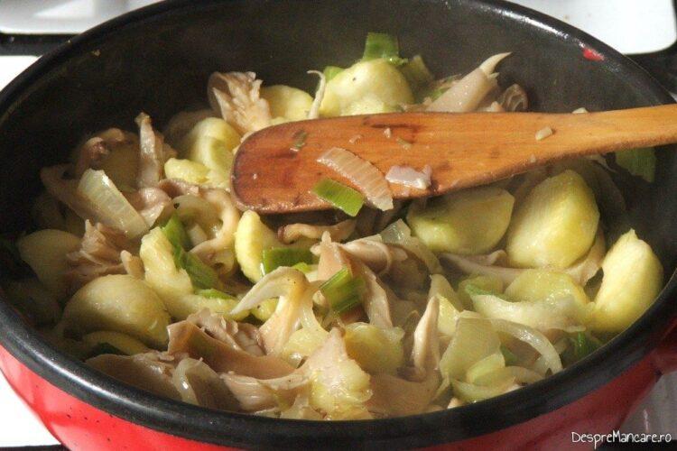 Umplutura pentru dovlecei este calita suficient si asezonata cu sare grunjoasa si piper boabe proaspat macinat.
