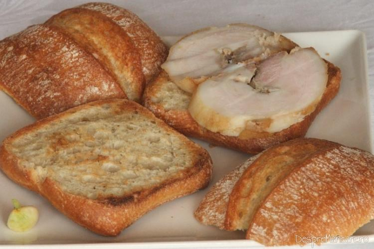 Felii de paine prajita, frecate cu usturoi pregatite pentru pachetel.