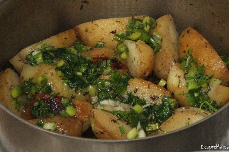 Cartofi inabusiti si mujdei de usturoi verde.