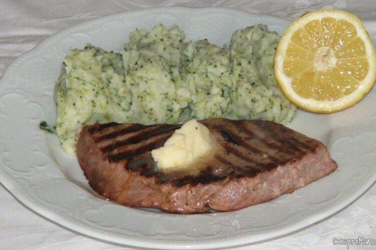Cotlet de ton rosu la gratar cu piure' de brocoli - preparatul este gata servit.