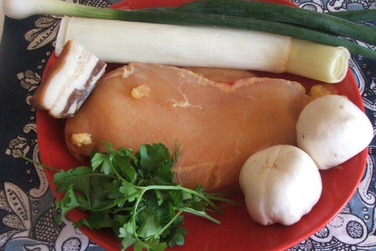 Ingrediente de trebuinta pentru piept de curcan cu bacon, praz, ciuperci si smantana, la tigaie.