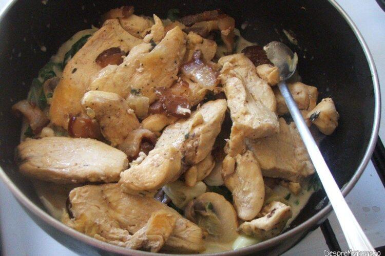 Intregirea preparatului - carnea se adauga in tigaia cu ciuperci si praz, smantana si verdeata.