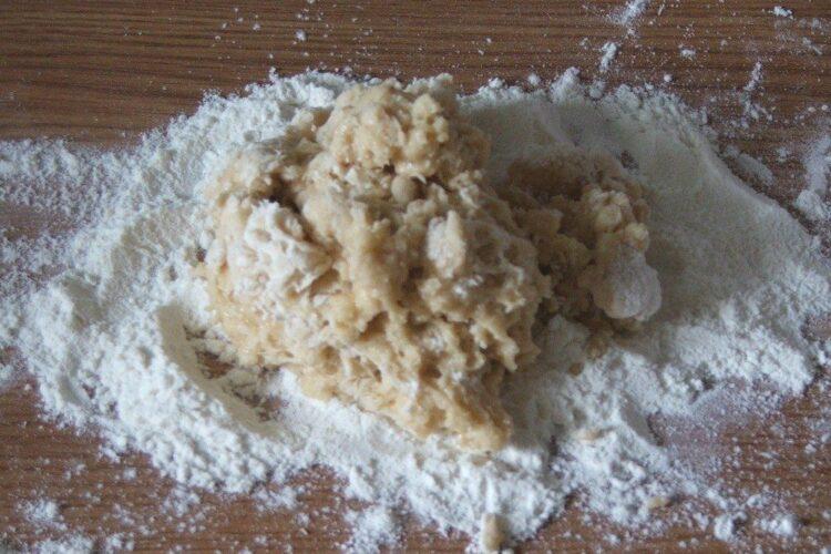Amestecare faina alba cu oua de gaina batute cu telul.