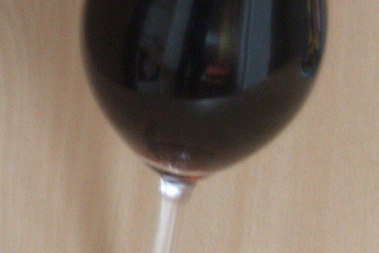 Vinul casei rosu, din struguri servit la cotlet de miel la cuptor cu cartofi inabusiti.