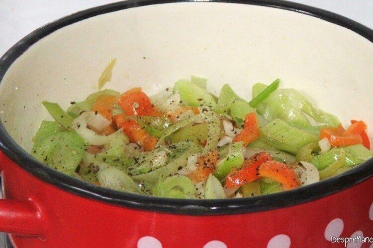 Asezonare legume calite pentru mancare de praz cu masline.