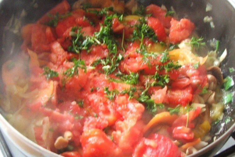 Pregatire amestec de legume cu rosii pentru plachie de platica in sos de rosii si ardei capia.