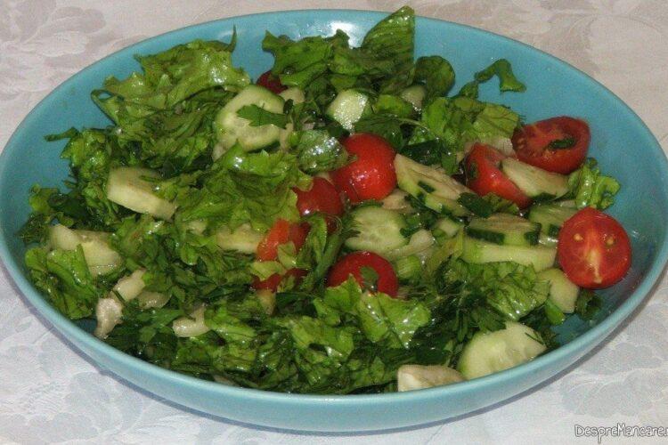 Salata de sezon care se serveste la cartofi noi cu unt si cascaval afumat.