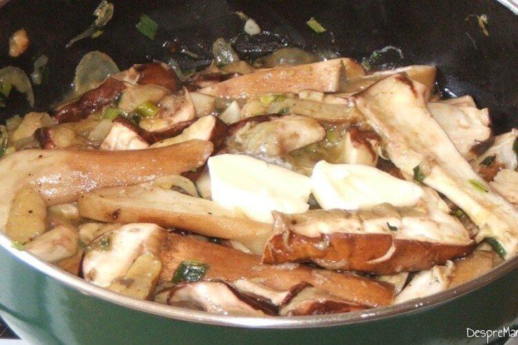 Manatarci taiate fasii mai mari care se calesc in unt impreuna cu ceapa si usturoi verde.