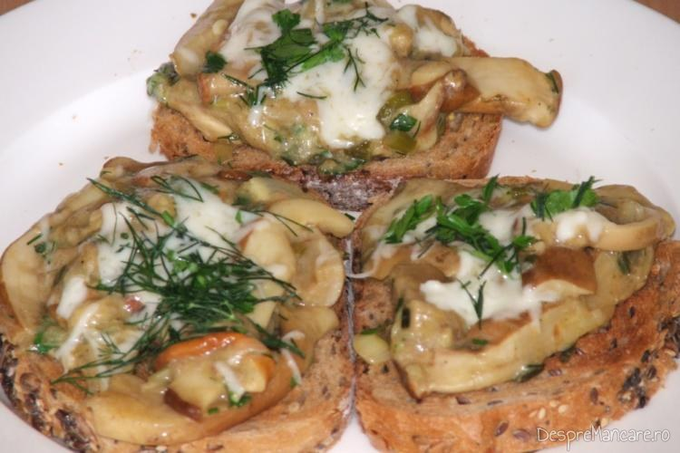 Manatarci trase in unt servite pe paine prajita.