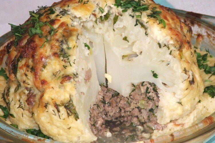 """Conopida impanata cu carne tocata si apoi gratinata - preparat """"odihnit"""" si taiat."""