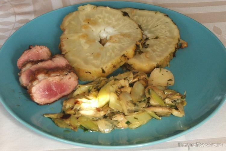 Piept de rata cu telina coapta si sos de praz, ciuperci si smantana - preparatul este gata servit.