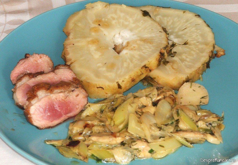 Piept de rata cu telina coapta si sos de praz, ciuperci si smantana.