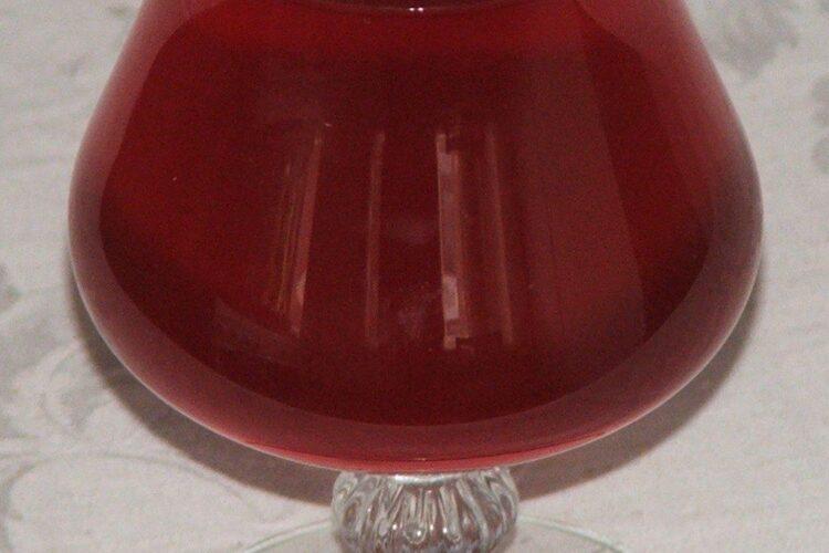 Pahar cu vinul casei rosu din struguri servit la pastrama de oaie cu mamaliga si ou de curca.