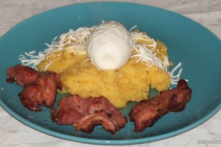 Pastrama de oaie cu mamaliga si ou de curca - preparatul este montat pe farfurii intinse.