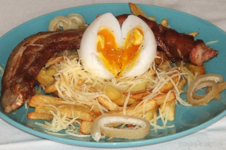 Porcarele cu cartofi prajiti si ou de gasca - preparatul este gata servit.
