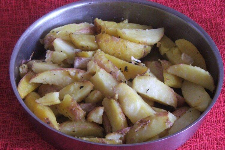 Cartofi fierti si apoi copti gata pregatiti.