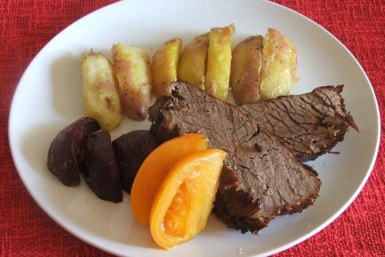 Pulpa de vitel in crusta de condimente - preparatul este gata servit.