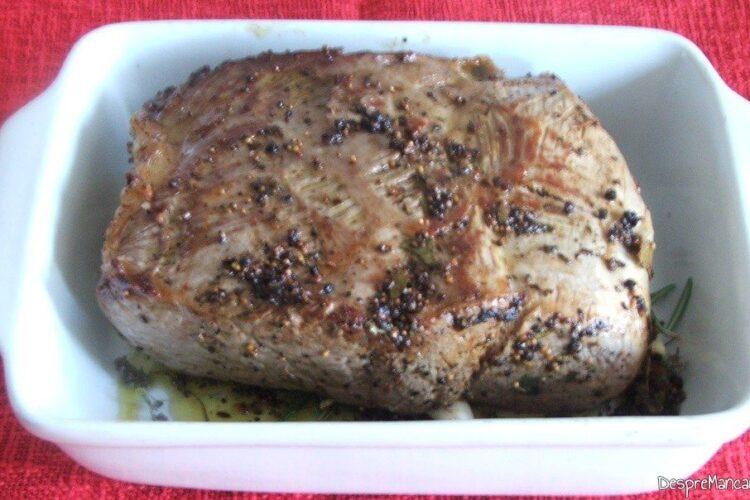Vasul de copt cu pulpa de vitel perpelita la foc iute, pregatit pentru coacere.