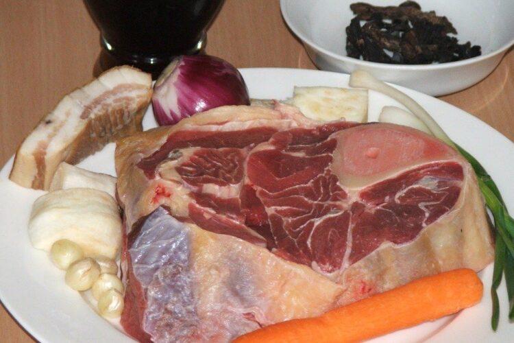 Ingrediente de trebuinta pentru medalion din picior de vitel inabusit in vin.