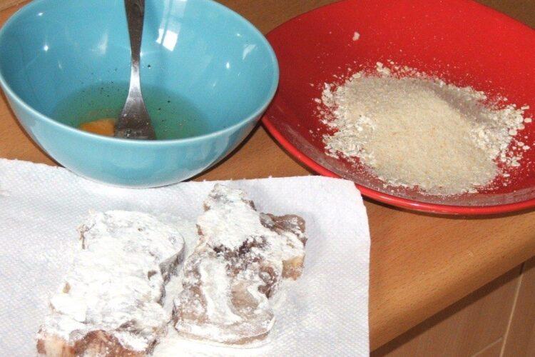 Pregatire pane'-uri din felii de limba de vaca fiarta pentru prajire.