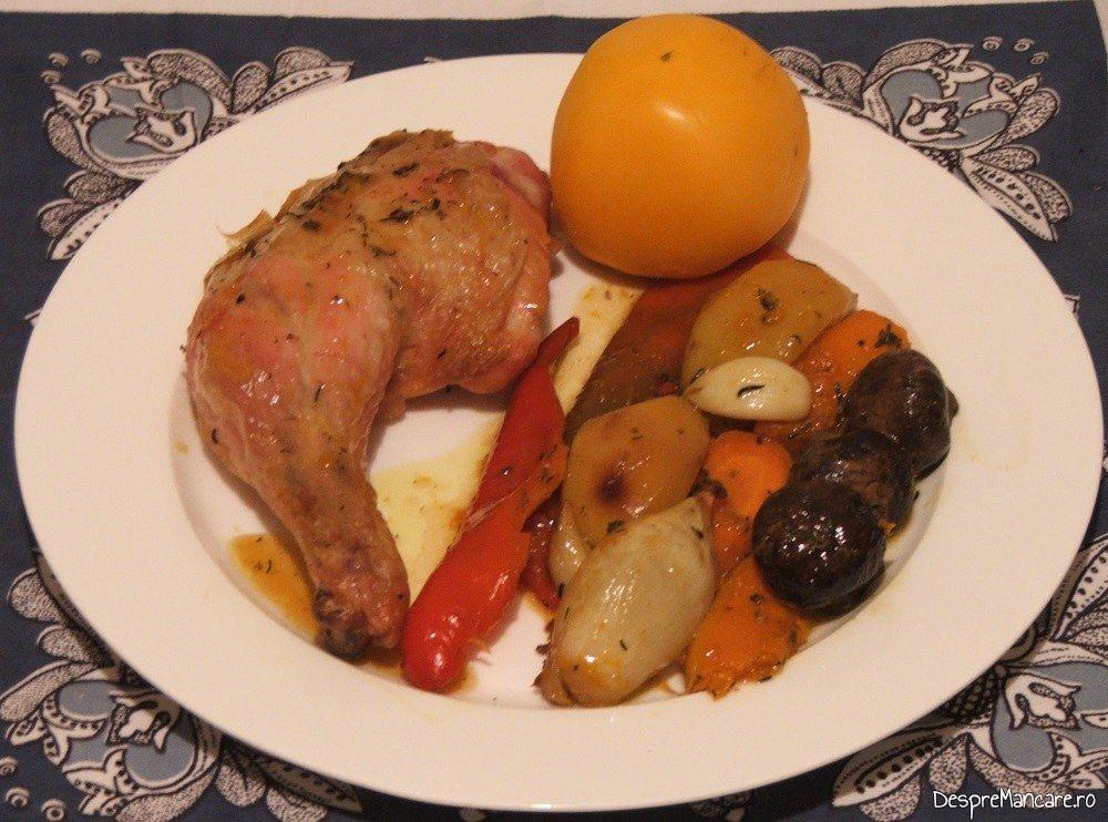 Pui intreg cu legume, ciuperci si turmeric la cuptor - preparatul este gata servit.