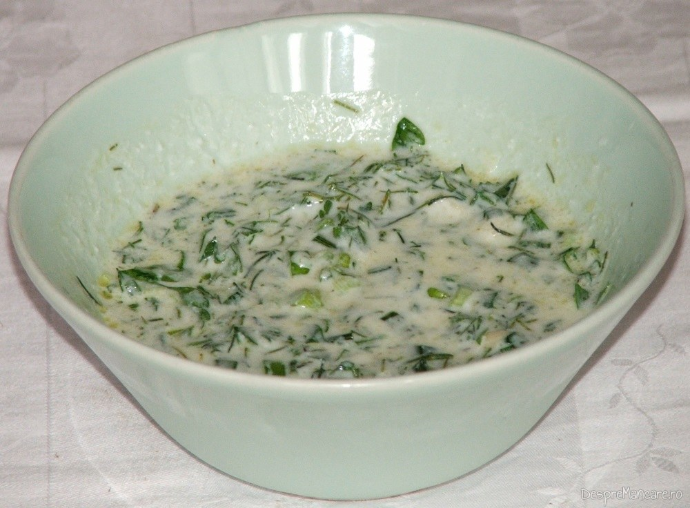 Mujdei de usturoi pregatit cu iaurt proaspat.