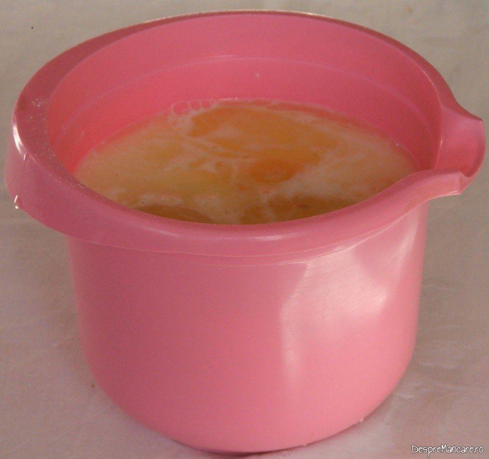 Oua de gaina care se bat impreuna cu smantana grasa si lapte dulce, fiert.