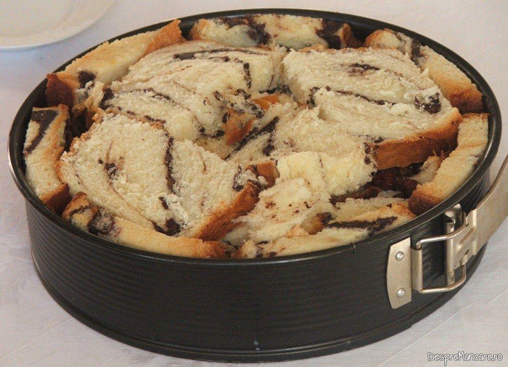 Tort din cozonac invechit si fructe uscate pregatit pentru introducere in cuptorul aragazului.