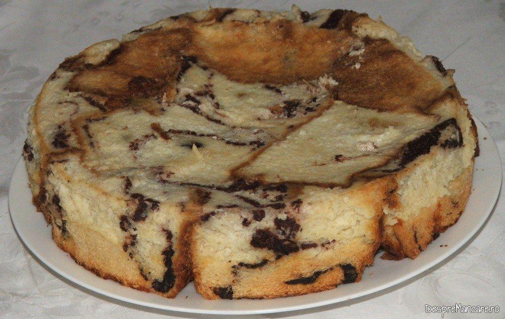 Blat de tort din cozonac invechit cu fructe uscate si amestec de lapte dulce, smantana si oua de gaina.