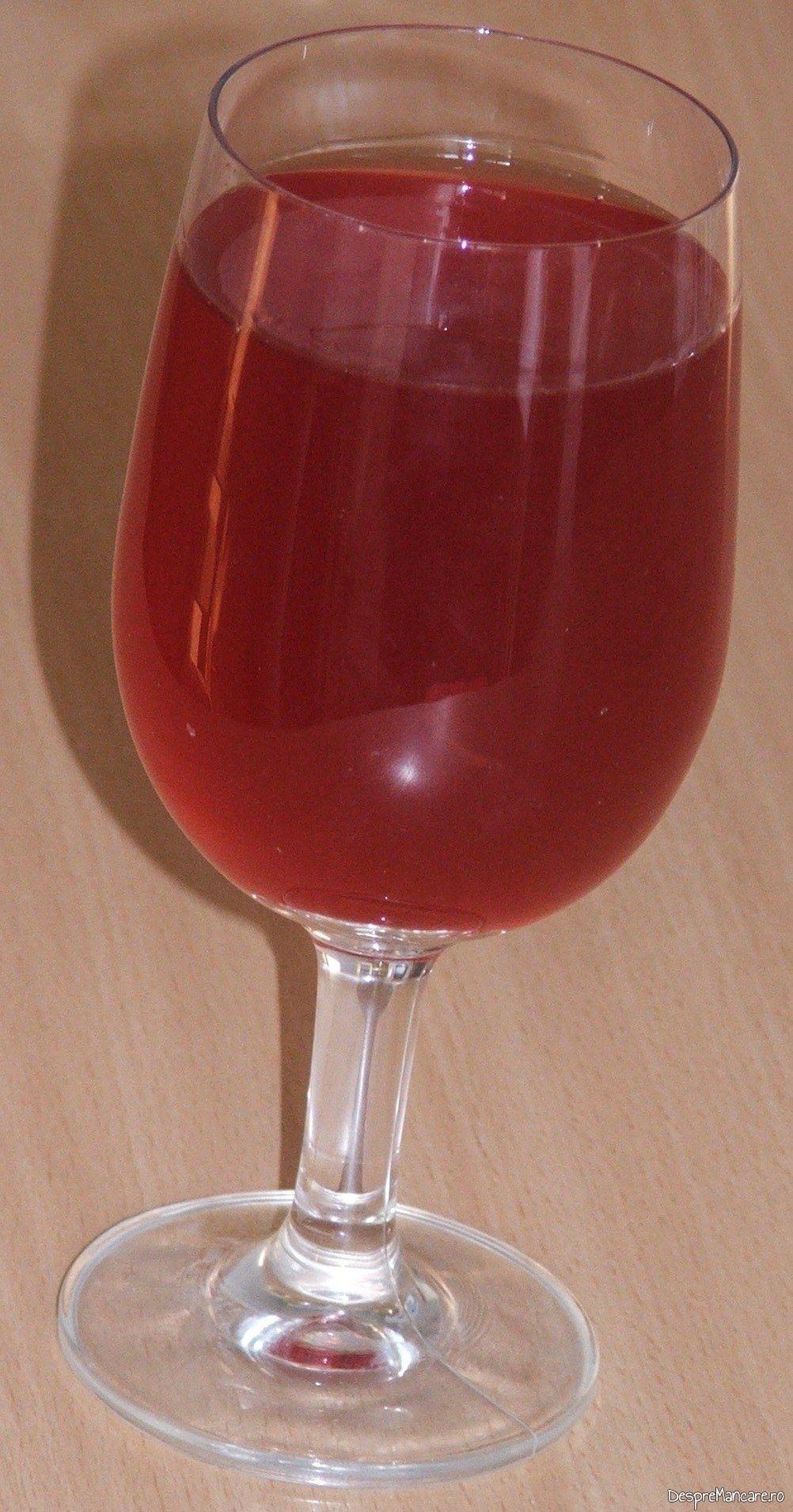 Vinul casei rosu din struguri servit la pulpa de capra in sos de vin cu varza noua calita.