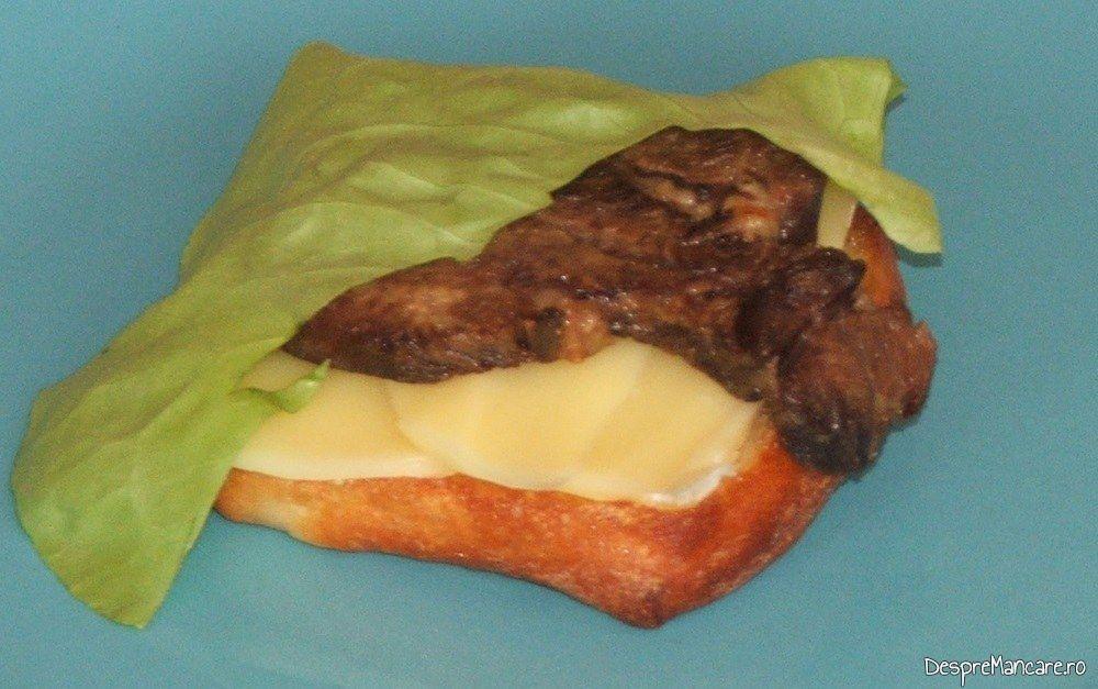 Formare sandvis cald cu limba de vaca fiarta si rumenita in unt.
