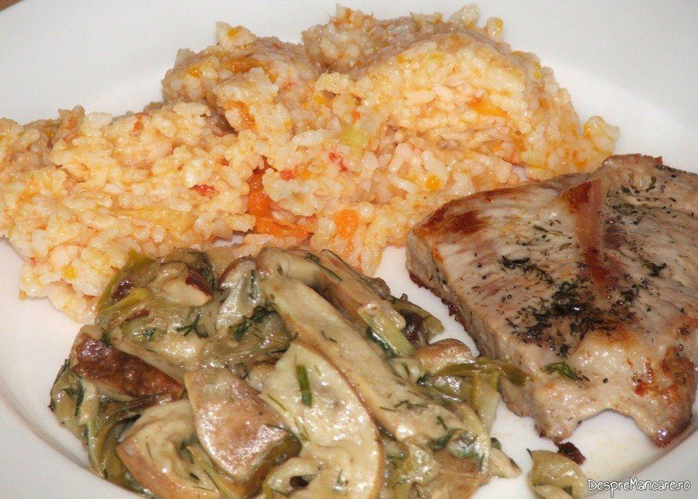 Garnitura de hribi si orez bulgaresc servite la ceafa de porc perpelita pe gratar.