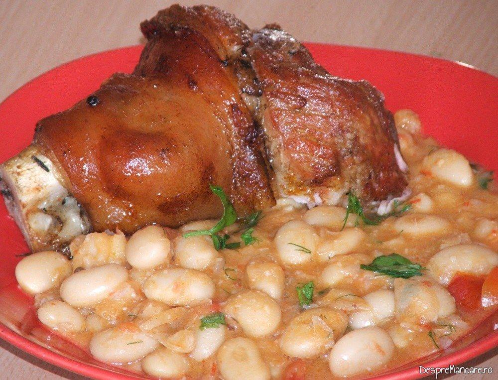 Ciolan proaspat de porc inabusit in bere si copt in cuptor, cu fasole boabe.