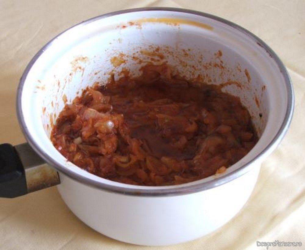 Ceapa prajita pentru ciorba de fasole boabe cu porcarele.