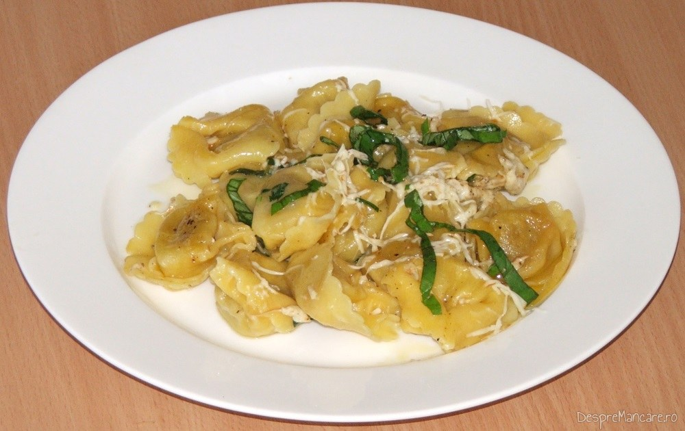 Tortelloni cu gorgonzola in sos de lamie si busuioc - preparatul este gata servit.