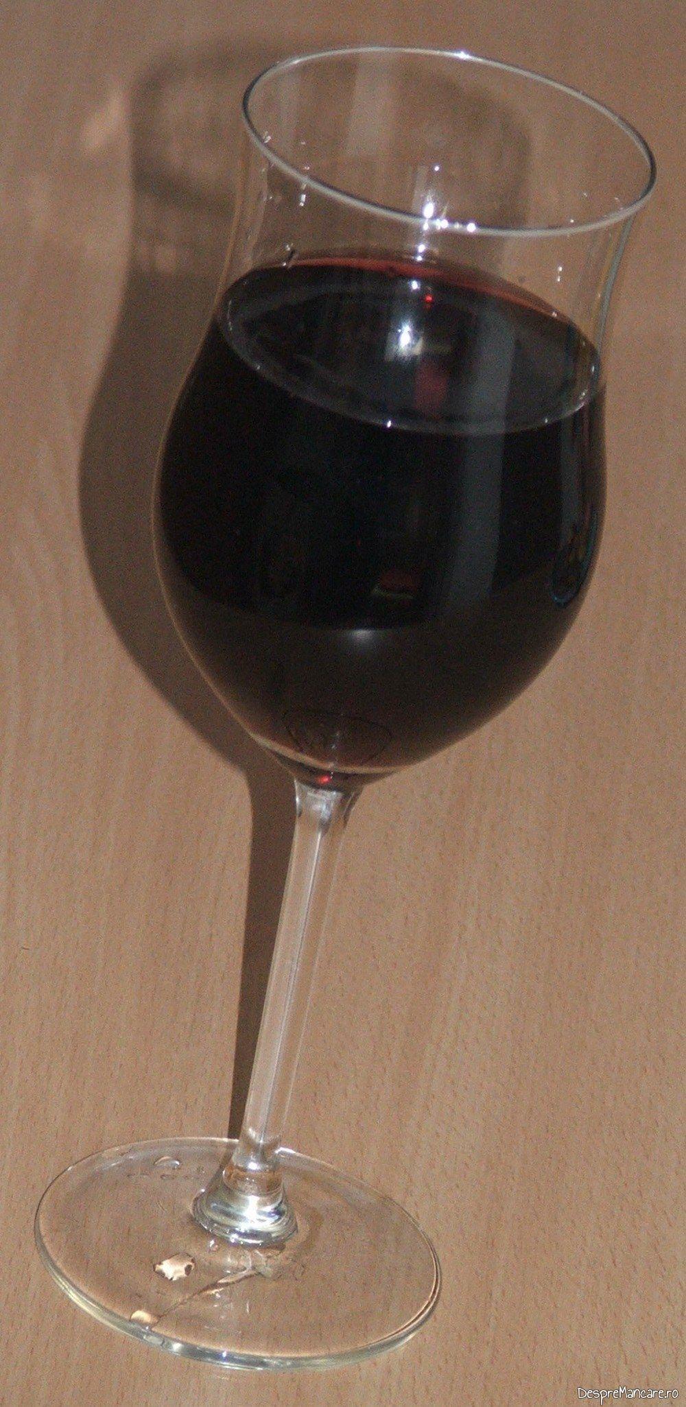 Vinul casei rosu, din struguri servit la ficat de vitel invelit in sunca, la gratar.